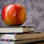 Jabłko na książkach - nauka